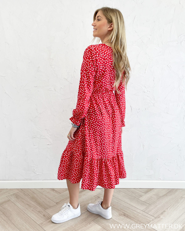 Rød kjole med print stylet med hvide sneaks