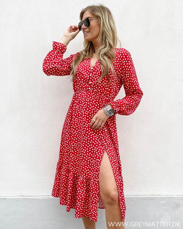 Festkjole i rød med hvidt print fra Grey Matter Fashion