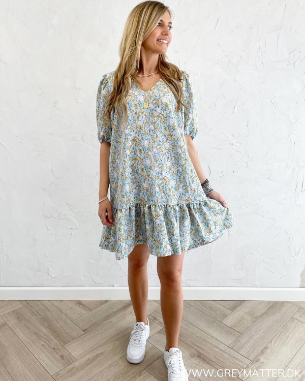 Løs kjole fra Vila med kort ærme