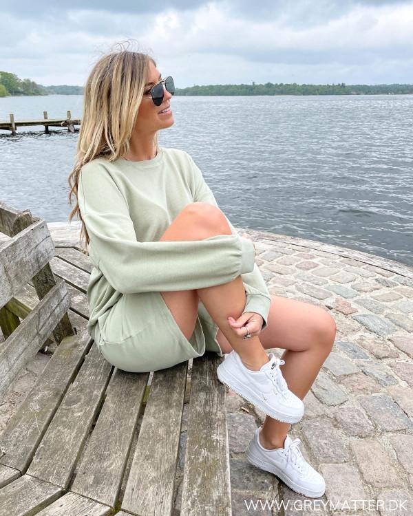 Sweat blouse stylet med matchende shorts til kvinder fra Grey Matter Fashion