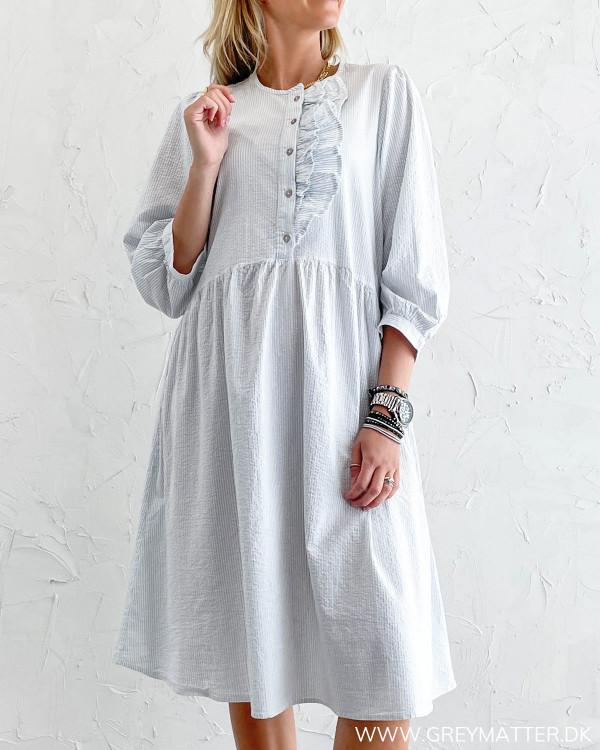 Løs kjole med striber i lyseblå og hvid
