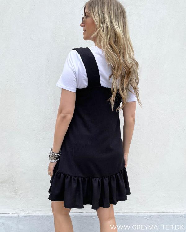 Sort kjole med brede stropper stylet med hvid basis t-shirt