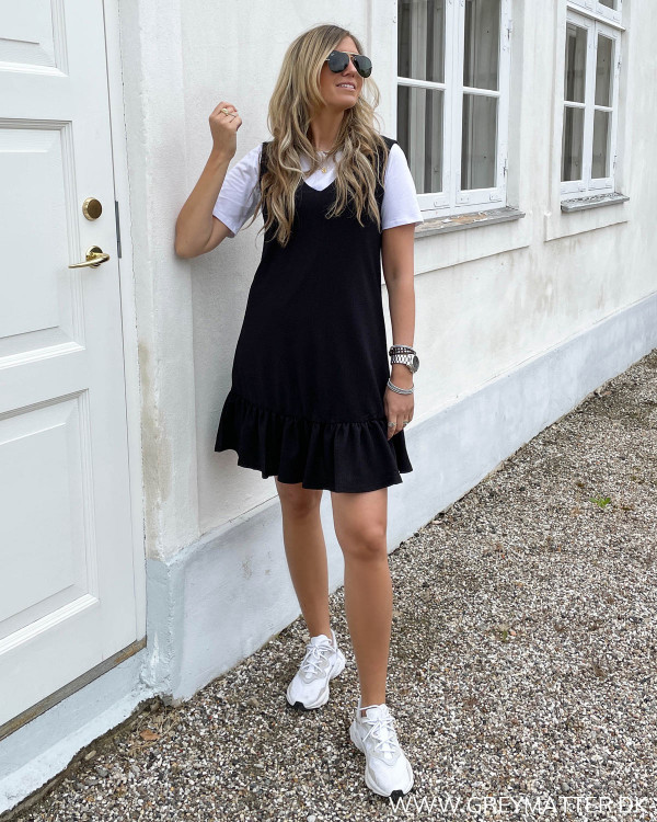 Sort kjole fra Pieces stylet med hvid tee