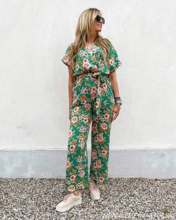 Buksedragt til damer med blomsterprint stylet med lyserøde Nike sneaks
