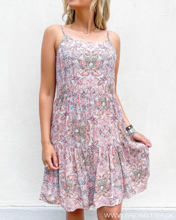 Strop kjole fra Vila med paisley print