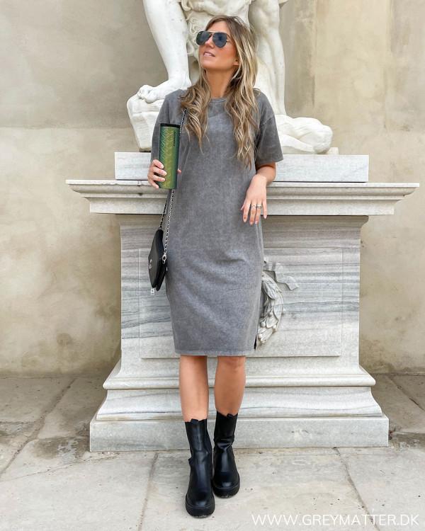 Tee kjole i basis farve fra Grey Matter Design
