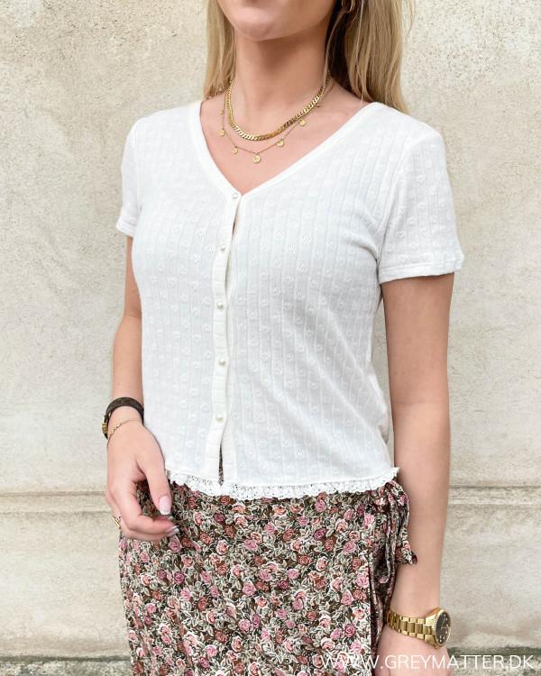 Hvid cardigan til damer med korte ærmer og perleknapper