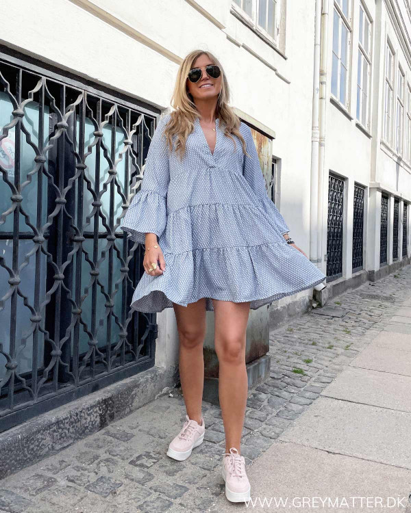 Tunika kjole med print stylet med sneaks