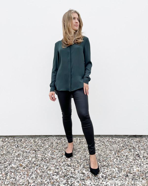 Mørkegrøn skjorte til damer stylet med stramme leggings