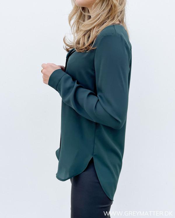 Dameskjorte i mørkegrøn med løst fald