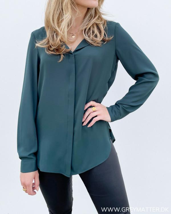 Mørkegrøn skjorte til damer med halsudskæring