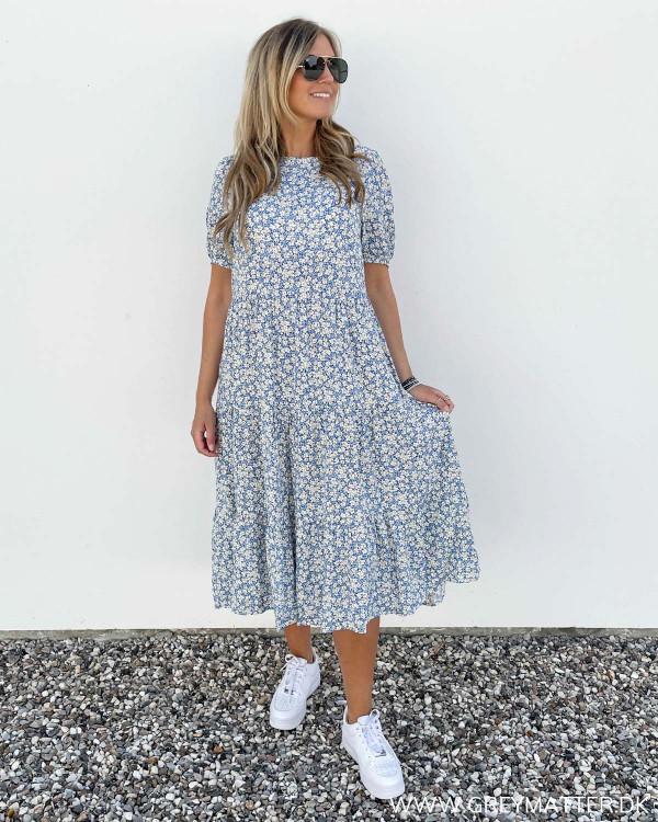 Blå kjole fra Pieces i det fineste print