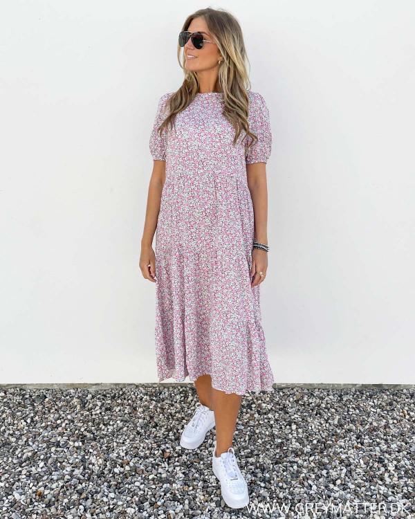 Lyserød kjole fra Pieces med blomsterprint