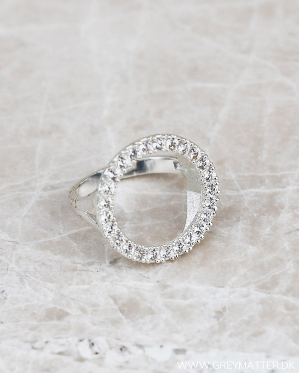 Smukke ringe med zirkoner i sølv
