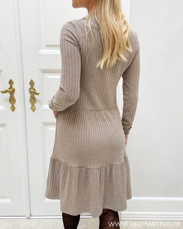 Sandfarvet kjole fra Vila med lange ærmer