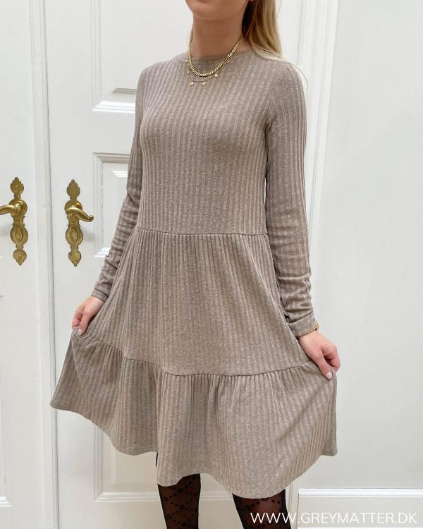 Langærmede kjoler med flæsedetaljer