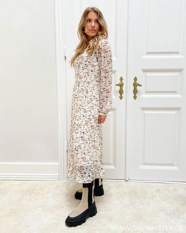 Lys midi kjole til damer med print fra Vila