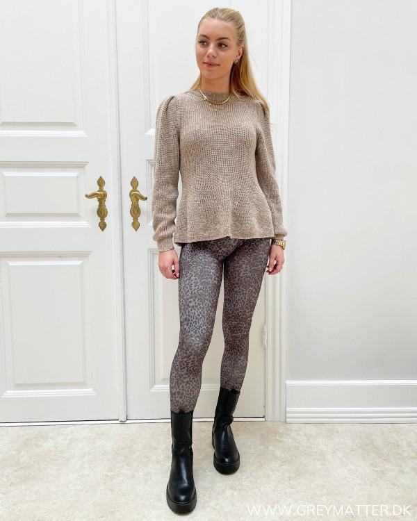 Hverdags trøje til damer stylet med leopard leggings i sporty stil