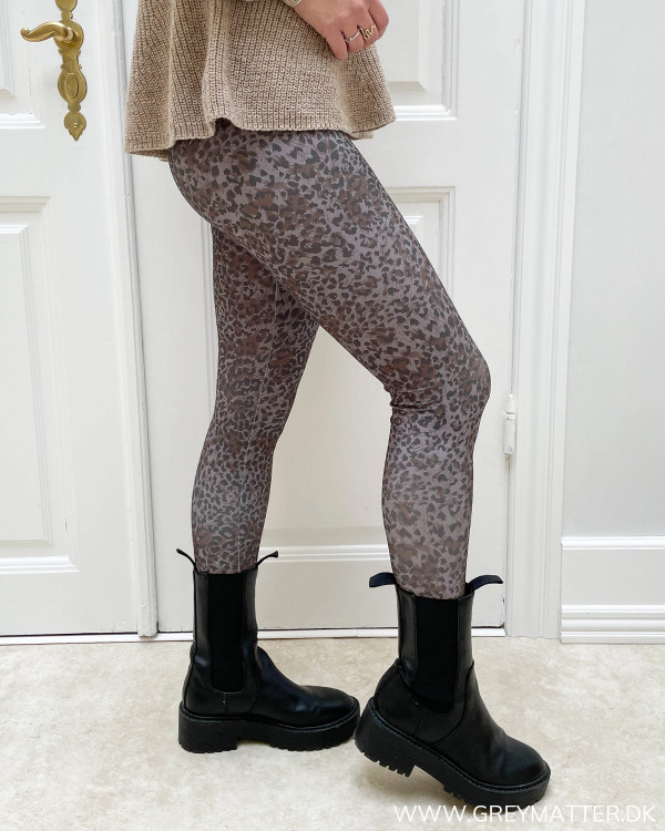 Stretch bukser med leopard print