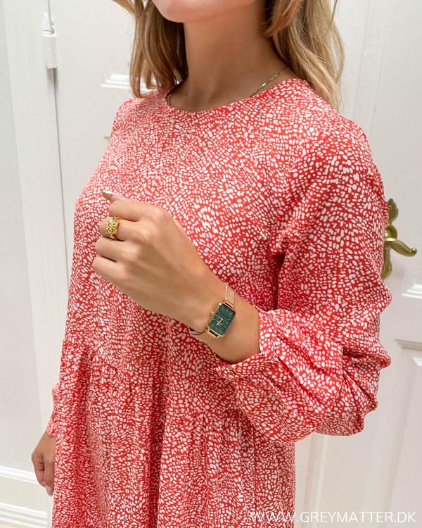 Rød kjole med hvidt print til damer
