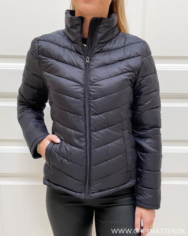Vatteret sort jakke med lynlås til damer