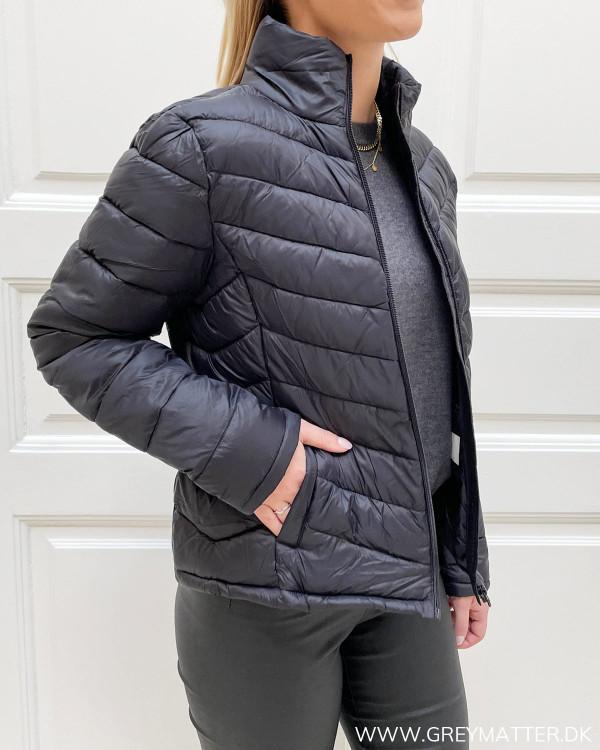 Lynlås jakke til damer i sort
