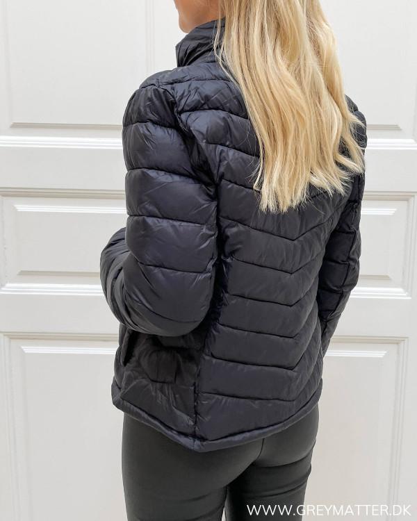 Sporty jakke i sort med lynlås til damer
