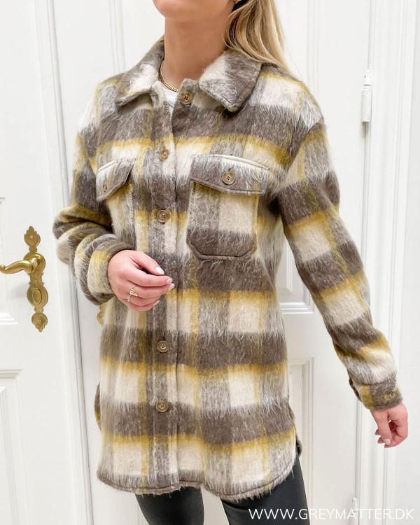Ternet jakke med krave og knapper til damer