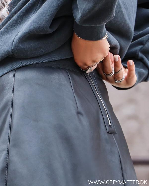Sort imiteret nederdel fra Vila set bagfra ved lynlås