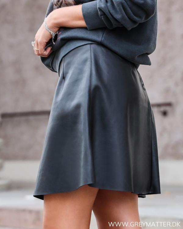 Sort imiteret nederdel fra Vila set fra siden