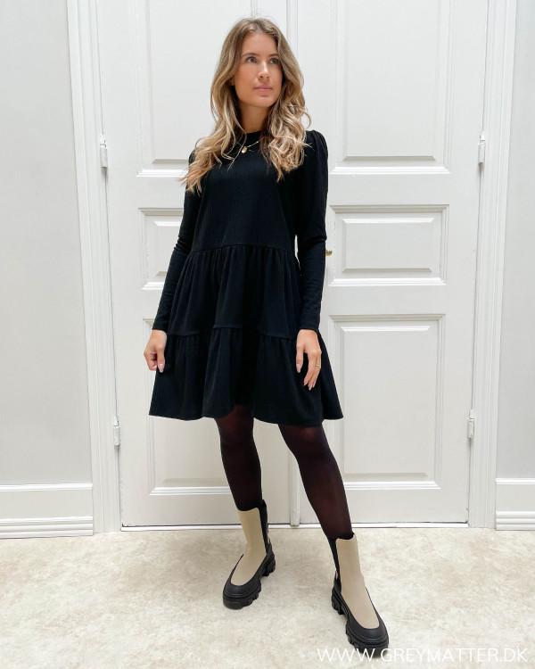 Langærmet kjole i sort til damer med rib