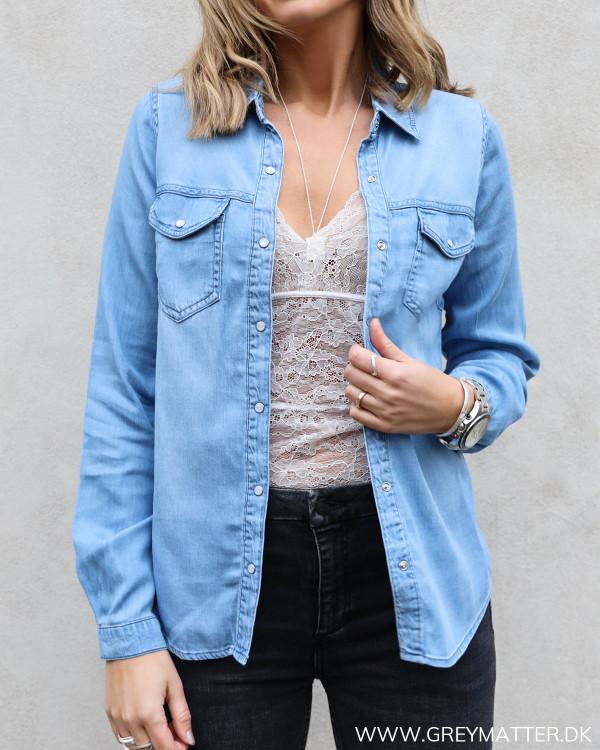 Denim skjorte fra Vila med smukke perlemorsknapper