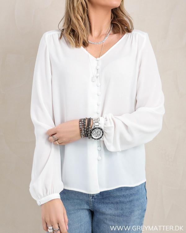 Hvid skjorte med mange knapper fra Vila set forfra