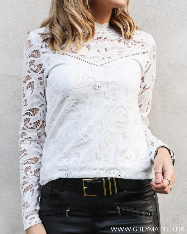 Hvid blondebluse fra Vila