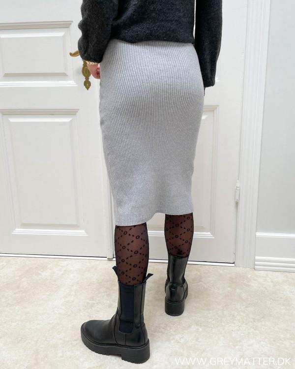 Nederdel i grå strik stylet med støvler