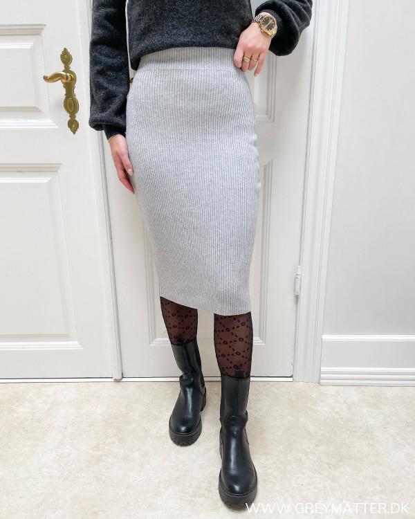 Lysegrå nederdel stylet med mønstret strømpebuks