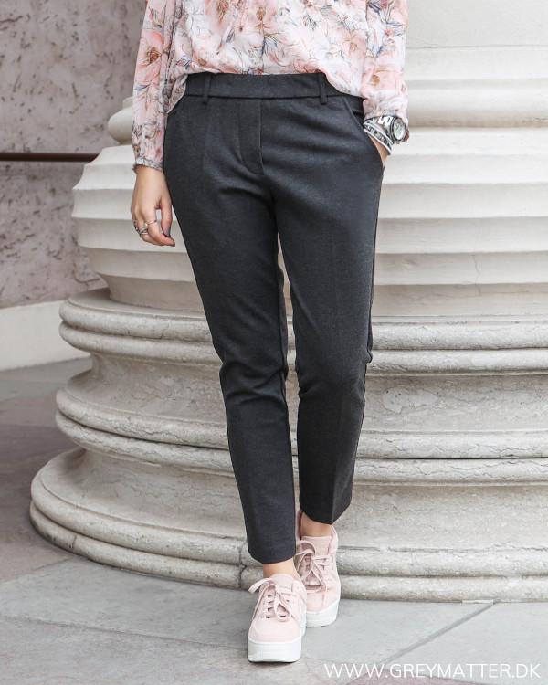 Bukser fra Neo Noir i lækker mørkegrå farve med melering, set forfra