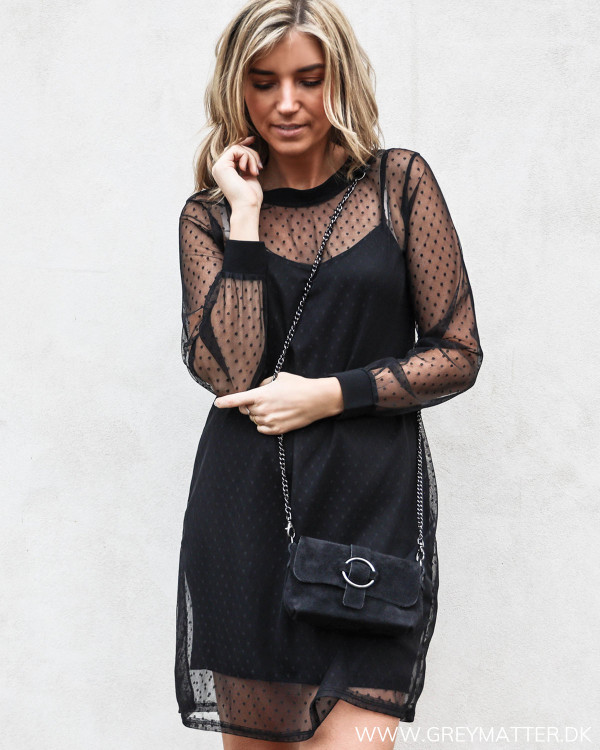 Sort mesh kjole med prikker set forfra
