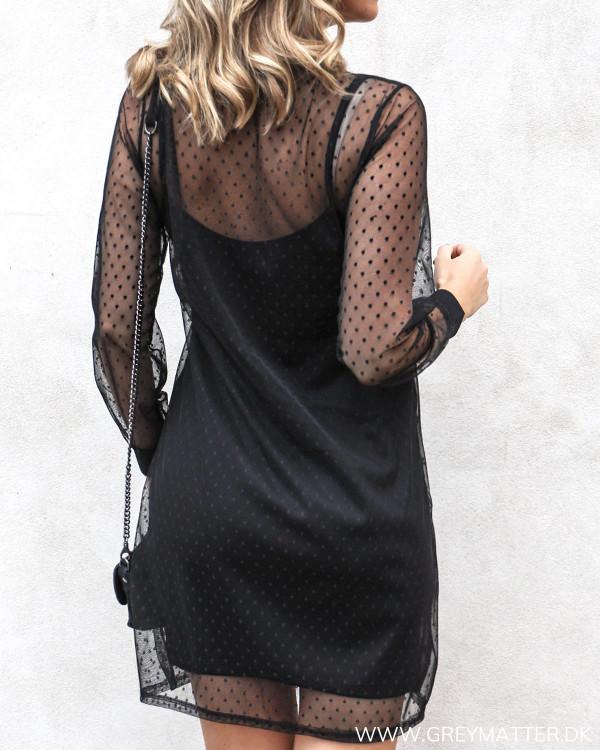 Sort mesh kjole med prikker set bagfra