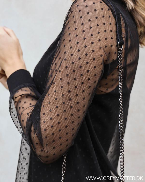 Sort mesh kjole med fine prikker i materialet set tæt på