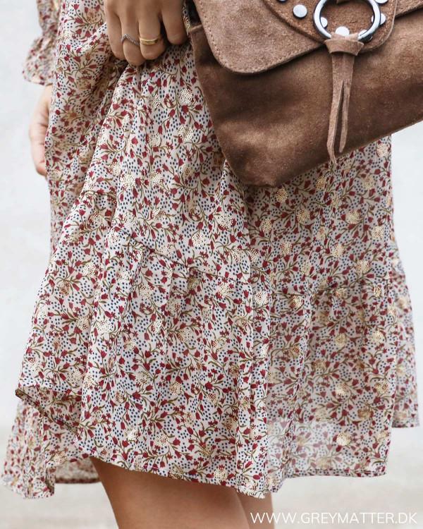 Kjole med flæsedetaljer set tæt på