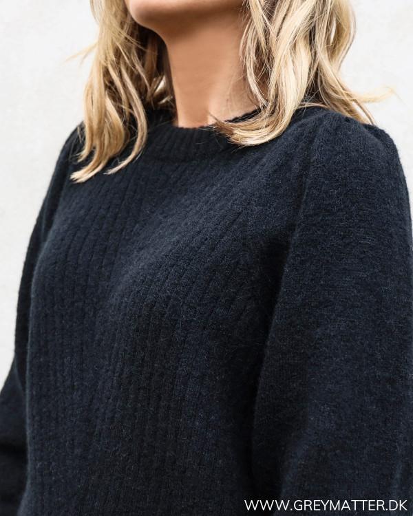Kelsey bluse fra Neo Noir i sort med fokus på pufærmet