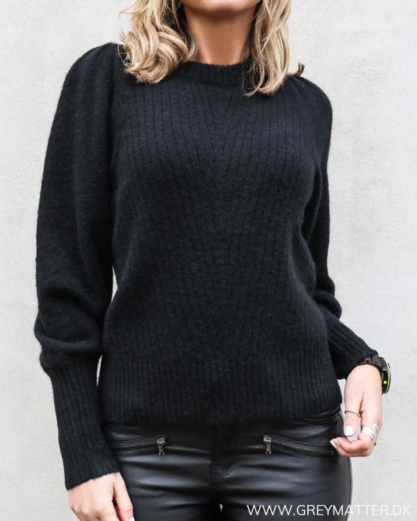 Kelsey bluse fra Neo Noir i sort set tættere på
