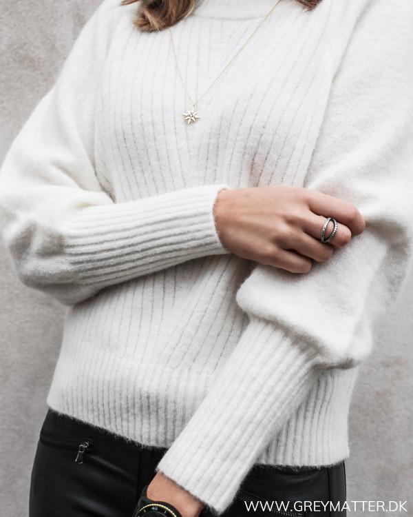 Den smukke off-white farve fremstår særlig elegant
