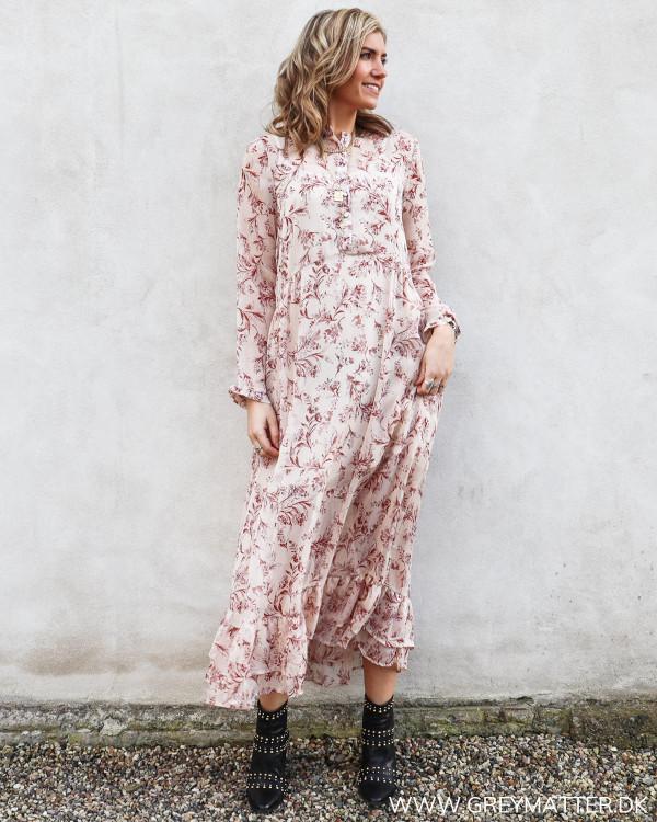 Lang kjole i rosafarver set forfra
