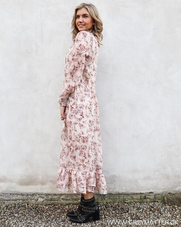 Lang kjole i rosafarver set fra siden