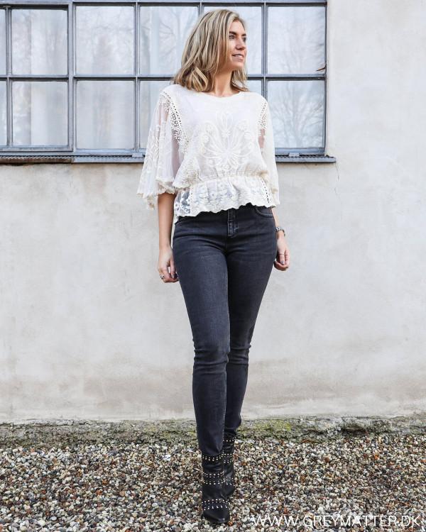Blondebluse stylet med sorte jeans
