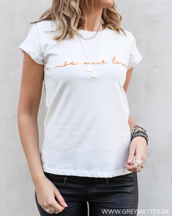 T-shirt fra Vila med orange skrift