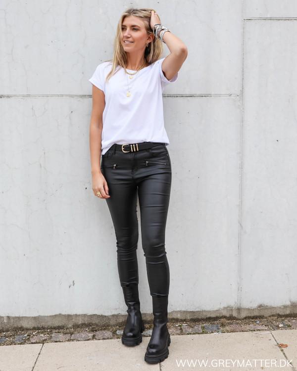 Hvid basis t-shirt stylet med sorte coatede bukser