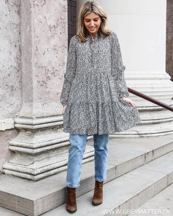 Pieces kjole stylet med denim jeans og en brun støvle i western stil